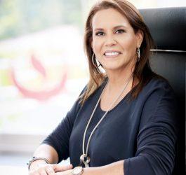 Marisol Sentada Directorio Crisol Detrás